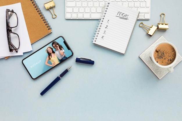 Escritorio de vista superior con teléfono y maqueta de agenda