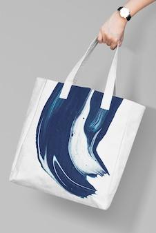 Espacio de diseño en bolso de mano en blanco
