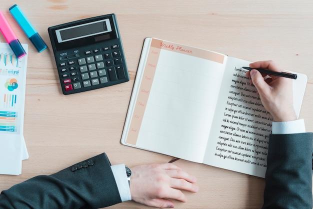 Espacio de trabajo con agenda y calculadora.