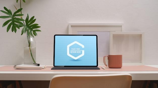 Espacio de trabajo con maqueta de tableta digital.