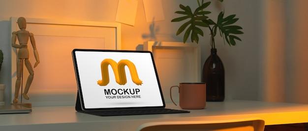 Espacio de trabajo con tableta digital de maqueta y decoraciones en mesa blanca