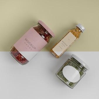 Especias naturales con composición de maqueta de etiqueta.