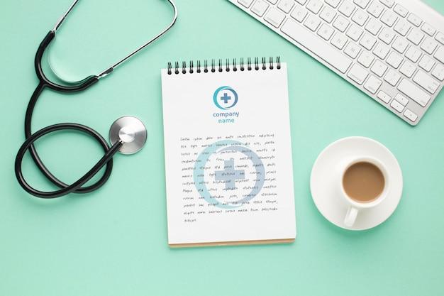 Estetoscopio y cuaderno en consultorio médico