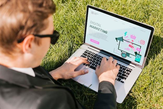Estudiante disfruta trabajando al aire libre