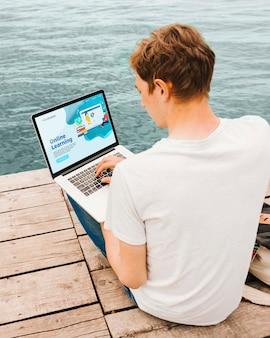 Estudiante disfruta trabajando en línea al aire libre