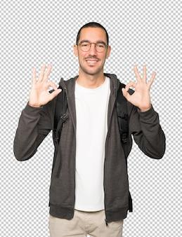 Estudiante feliz haciendo un gesto bien