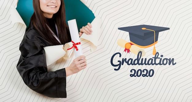 Estudiante sonriente con diploma universitario