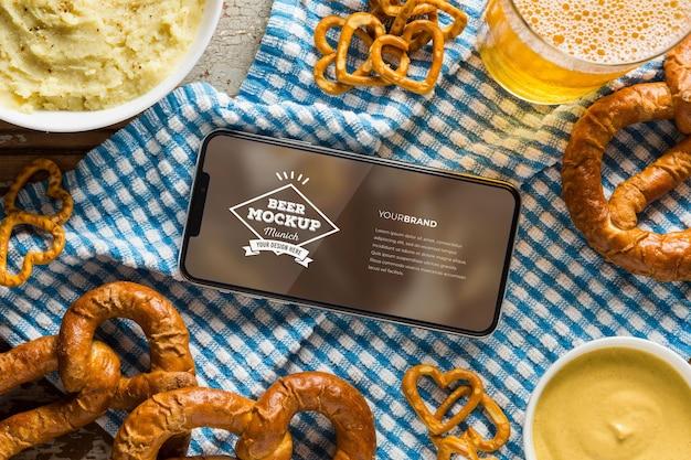 Eten en bier met mock-up smartphone-schermsamenstelling