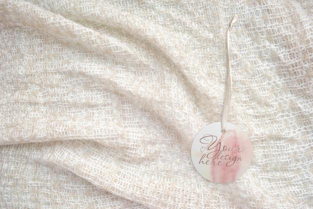 Etichetta rotonda sul su uno sfondo chiaro a maglia