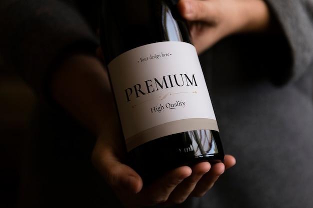 Etiqueta en blanco en la botella de vino