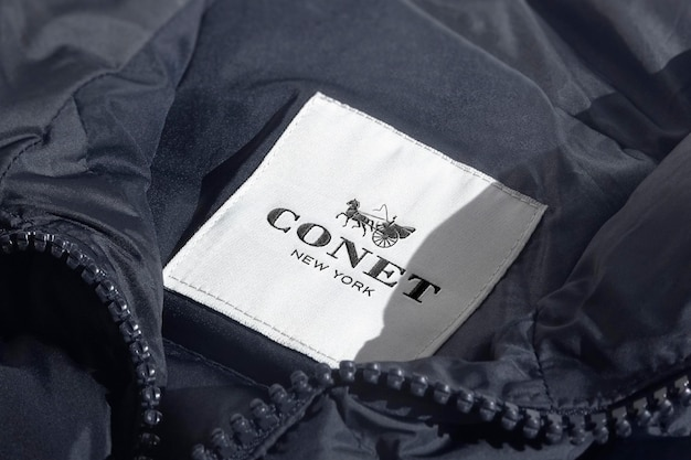 Etiqueta de chaqueta azul de maqueta de logotipo