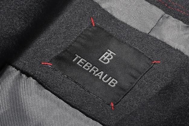 Etiqueta de chaqueta de traje de maqueta con logotipo