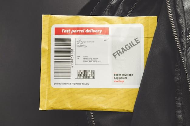 Etiqueta colocada en una maqueta de paquete de correo