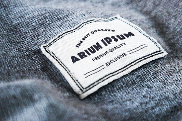 Etiqueta de la etiqueta de la maqueta del logotipo grabada en la textura de la tela