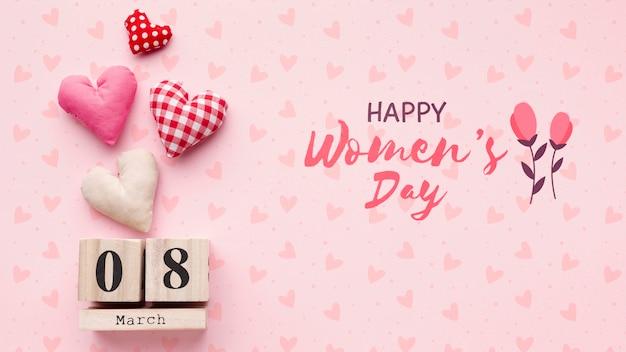Etiqueta de fecha del día de la mujer en la mesa