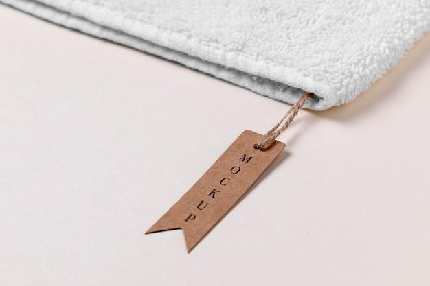 Etiqueta de maqueta de ropa en tela de toalla suave