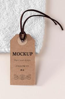 Etiqueta de maqueta de ropa y toalla blanca