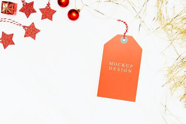 Etiqueta naranja festiva en maqueta de fondo de mármol blanco