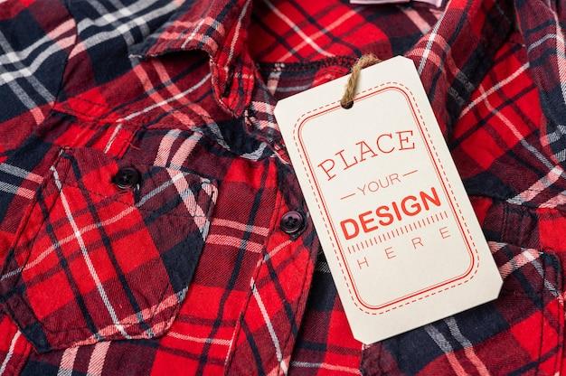 Etiqueta de precio en la camisa fondo de maqueta psd