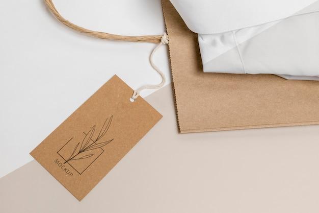Etiqueta de precio ecológica y bolsa de papel con maqueta de camisa formal