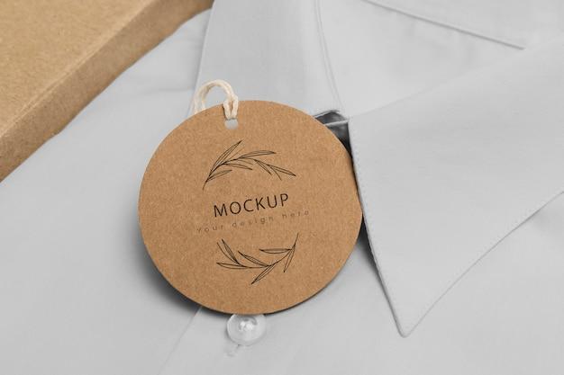 Etiqueta de precio ecológica y caja de cartón con maqueta de camisa formal