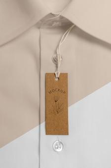 Etiqueta de precio ecológica en maqueta de camisa formal