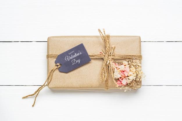 Etiqueta de regalo de maqueta y caja de regalo de kraft para el concepto del día de san valentín.