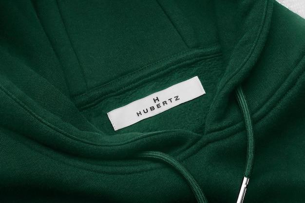 Etiqueta verde de la sudadera con capucha de la maqueta del logotipo