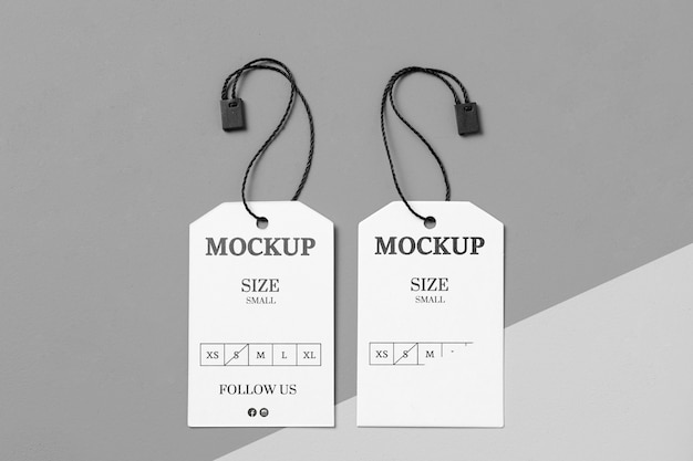Etiquetas de tamaño de ropa blanca con maqueta de hilo negro
