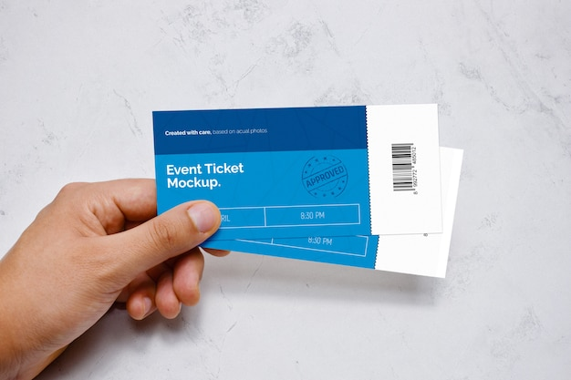 Event ticket in de hand mockup