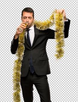 Evento de vacaciones de navidad hombre con champagne celebrando año nuevo 2019