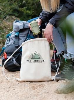 Excursionistas del bosque con maqueta de lata.