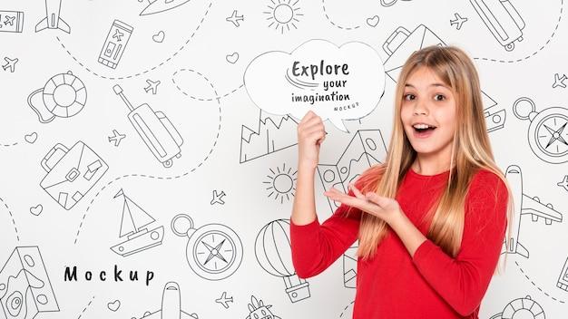 Explora tu imaginación niña sonriente maqueta