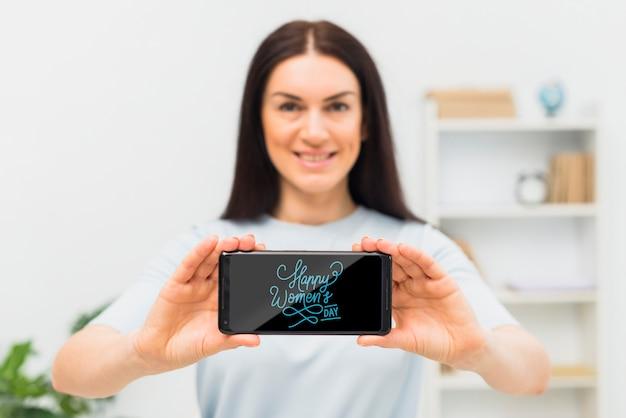 Faccina di tiro medio donna con telefono