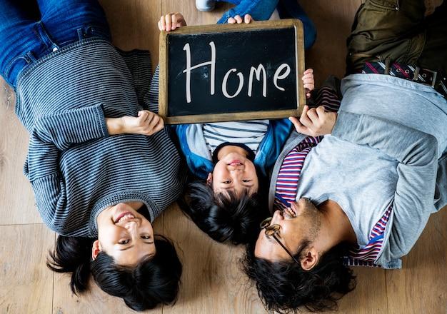 Familia asiática compra nueva casa