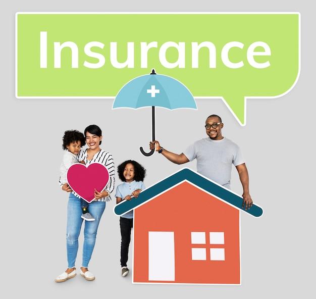 Familie met een plan van de huisverzekering
