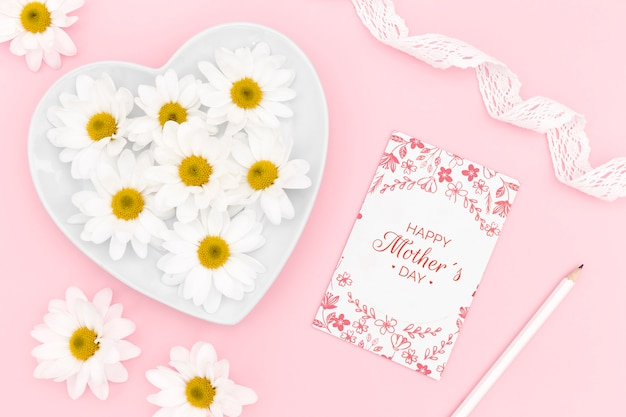 Felice festa della mamma carta con fiori di camomilla