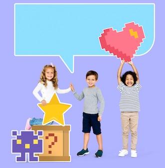 Felices niños diversos con iconos de juegos pixelados