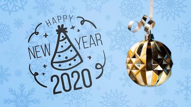 Feliz año nuevo 2020 con bola de navidad dorada sobre fondo azul