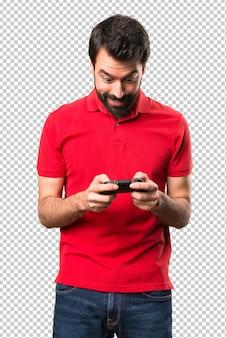 Feliz apuesto joven jugando videojuegos