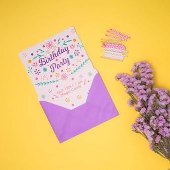 Feliz cumpleaños maqueta con flor de lavanda y sobre