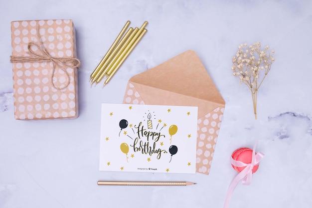 Feliz cumpleaños maqueta con flores secas y sobres