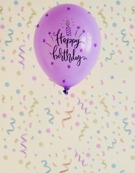 Feliz cumpleaños violeta doodle globos con confeti borroso