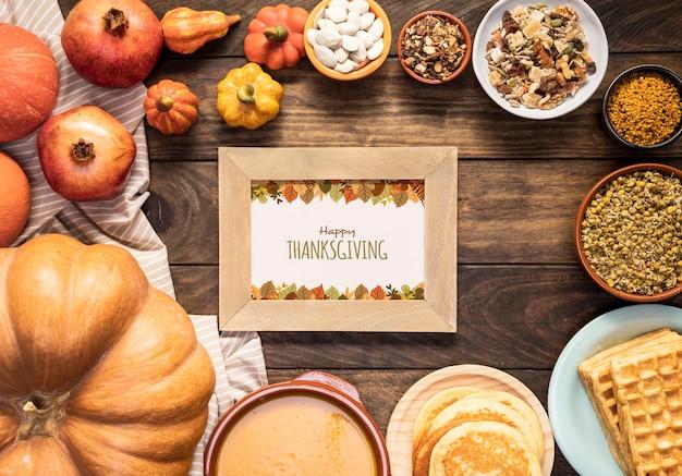 Feliz día de acción de gracias maqueta rodeada de deliciosa comida
