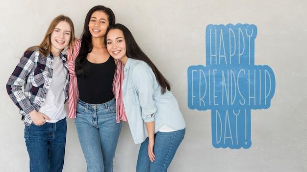 Feliz día de la amistad. mujeres jóvenes mejores amigas celebrando el día de la amistad