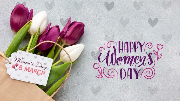 Feliz día de la mujer con ramo de tulipanes
