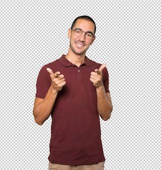 Feliz joven apuntando con su dedo