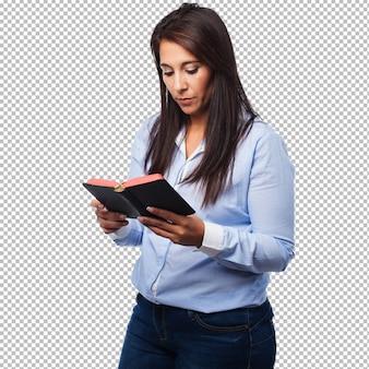 Feliz joven mujer con biblia