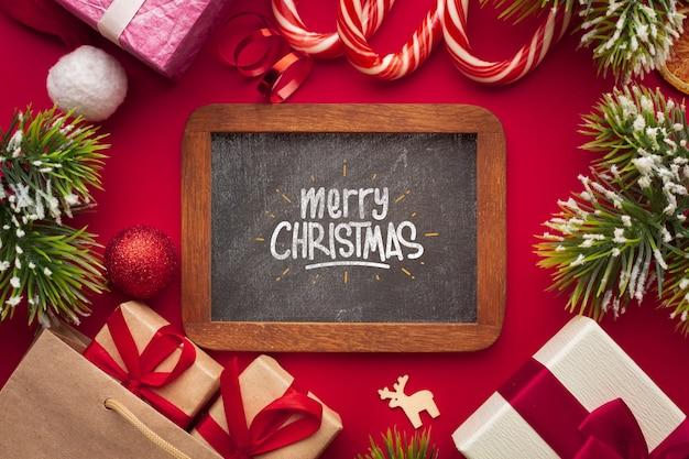 Feliz navidad en pizarra y fondo rojo de navidad