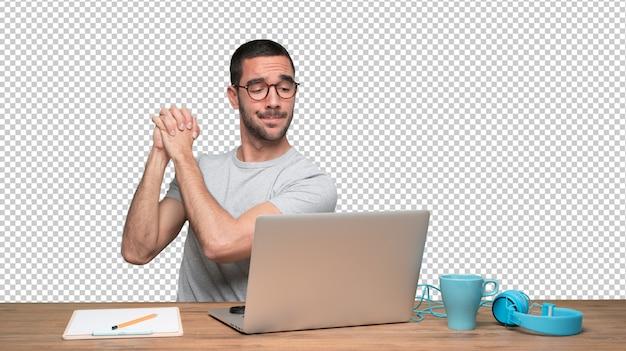 Fiducioso giovane uomo seduto alla sua scrivania con un gesto di lavoro di squadra